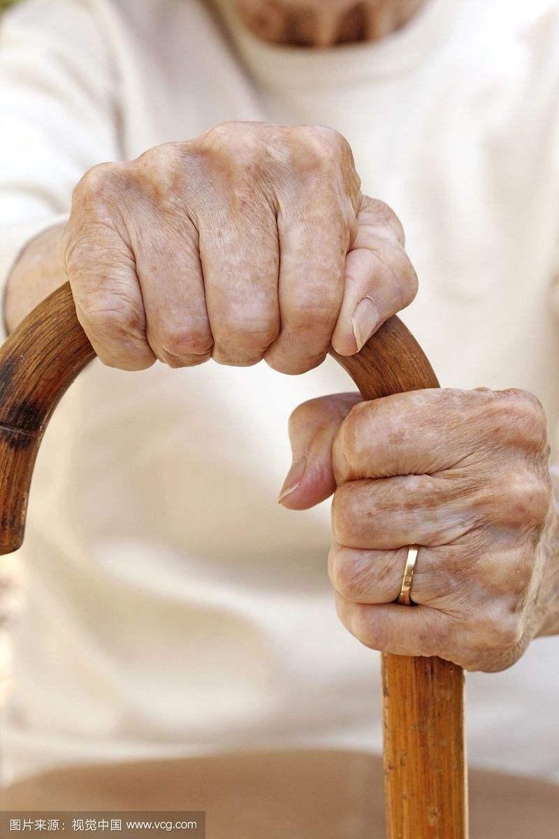 67岁老人手上长了白癜风怎么治?